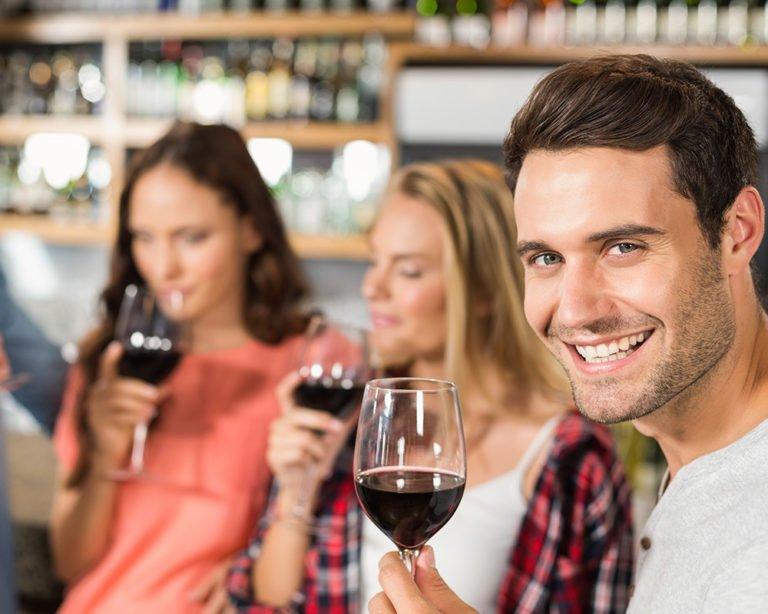chico tomando vino con amigos